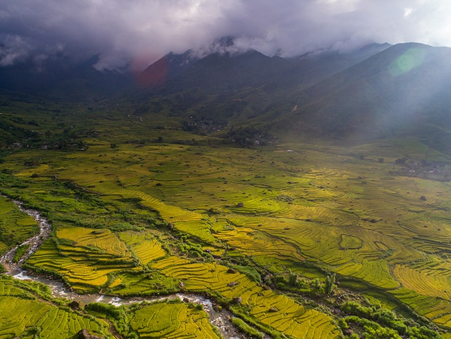 Lào Cai: Không ngờ chân núi Ngũ Chỉ Sơn lại có ruộng bậc thang đẹp mê mẩn thế này  - Ảnh 2.