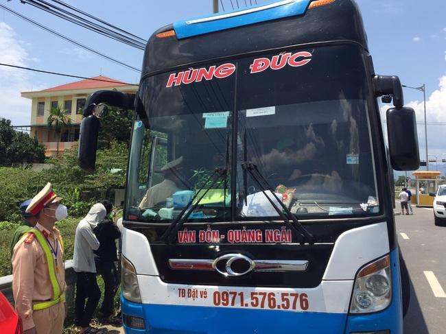 """Phát hiện xe khách chở """"chui"""" 10 người từ vùng dịch Covid-19 Đà Nẵng về quê - Ảnh 1."""
