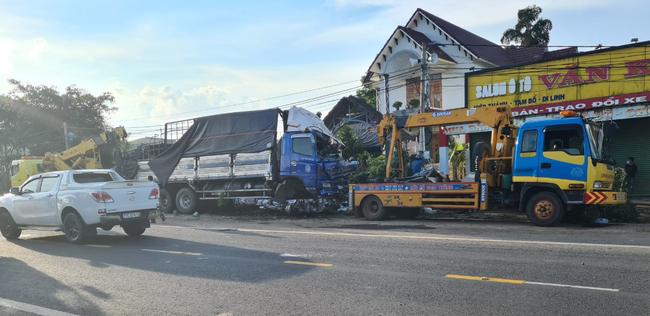 ABIC Đắk Lắk phối hợp với Agribank Lâm Đồng tạm ứng bồi thường 100 triệu đồng trong vụ ô tô ủi bay 30m hàng rào - Ảnh 2.