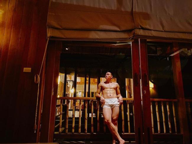Lê Xuân Tiền cởi trần khoe múi, Tóc Tiên thích thú với đường cong cơ thể - Ảnh 1.