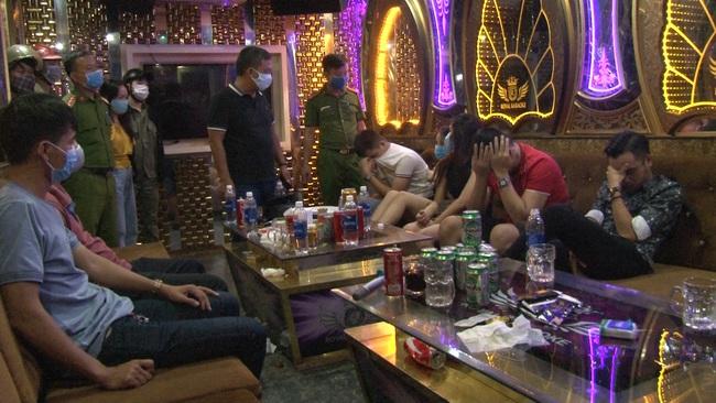 """Huế: 11 nam nữ dân chơi """"bay lắc"""" tại quán karaoke giữa mùa dịch  - Ảnh 2."""