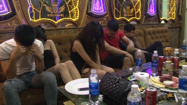 """Huế: 11 nam nữ dân chơi """"bay lắc"""" tại quán karaoke giữa mùa dịch  - Ảnh 1."""