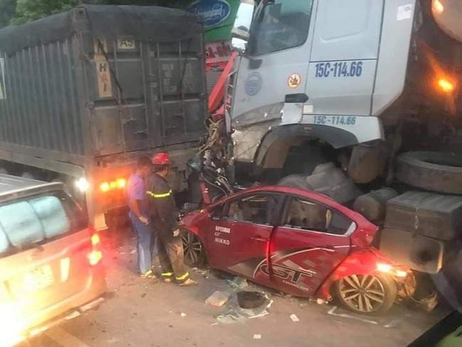 Xế hộp bị kẹp nát giữa 2 xe đầu kéo khiến 3 người chết  - Ảnh 1.