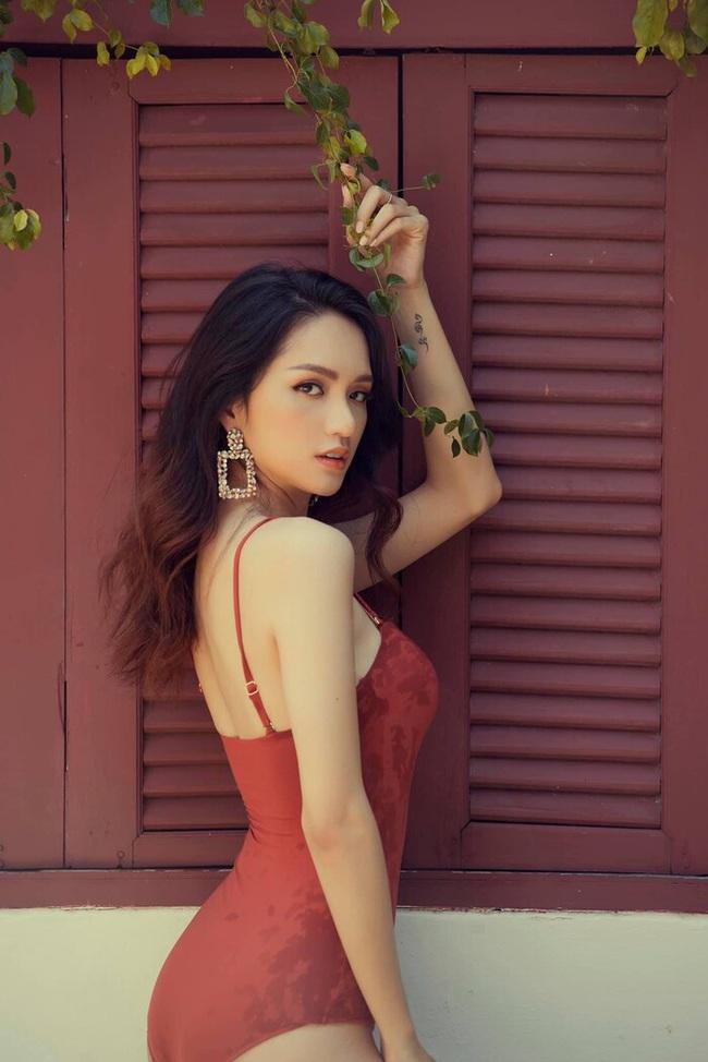 """Hoa hậu Hương Giang """"đốt mắt"""" công chúng bằng bộ ảnh body suit đẹp mê mẩn - Ảnh 1."""
