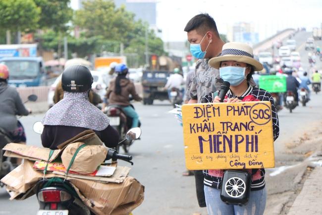 Bạn trẻ ở Cần Thơ vận động, phát 13.000 khẩu trang miễn phí cho người nghèo - Ảnh 2.