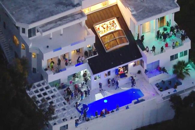 Tổ chức tiệc trong dịch Covid-19 sẽ bị cắt điện, nước ở Los Angeles - Ảnh 1.