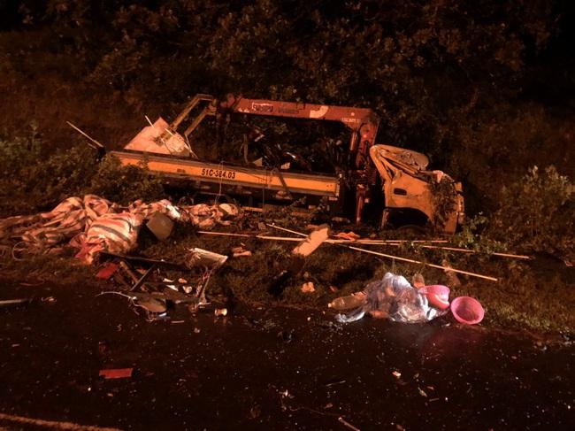 Hai xe tải đối đầu trong đêm, ba người thương vong - Ảnh 2.
