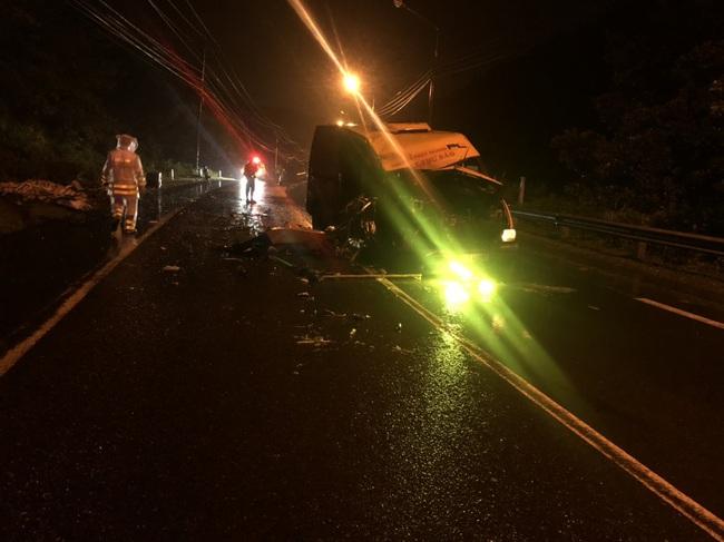 Hai xe tải đối đầu trong đêm, ba người thương vong - Ảnh 1.