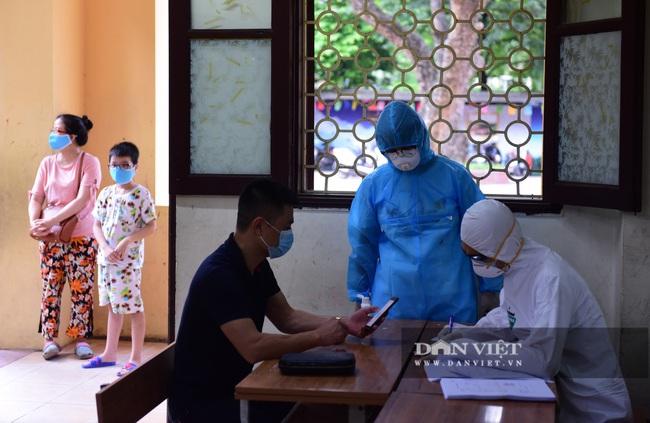 Người Hà Nội từ Đà Nẵng trở về đi xét nghiệm PCR - Ảnh 1.