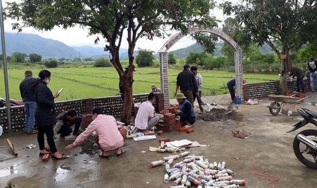 Chuyện lạ ở Lai Châu: Chị em rủ nhau đi… xin rác, làm gạch tái chế - Ảnh 2.