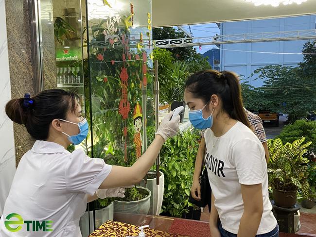 """Quảng Ninh: Nhà hàng vẫn """"sống khỏe"""" vì đảm bảo công tác phòng, chống dịch Covid -19 - Ảnh 5."""