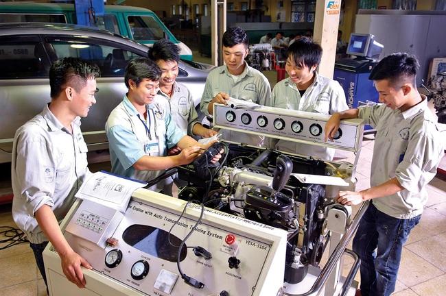 Dạy nghề công nghệ sửa chữa ôtô tại Trường Cao đẳng Công nghiệp Hà Nội. Ảnh: Nguyệt Tạ