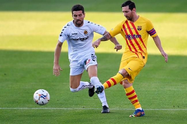 """Hành xử đẹp khi tái xuất ở Barca, Messi vẫn bị HLV Koeman """"nắn gân"""" - Ảnh 1."""