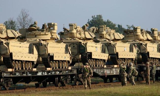Nóng: Belarus phát hiện Mỹ tái triển khai hàng chục xe bọc thép áp sát biên giới - Ảnh 1.