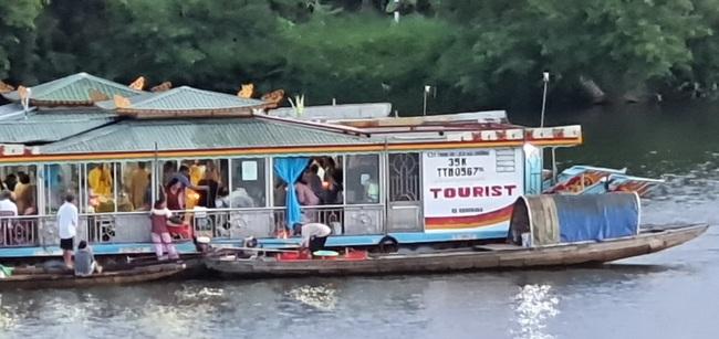 Huế: Công an triệu tập 2 người đàn ông rải vàng mã xuống sông Hương - Ảnh 1.