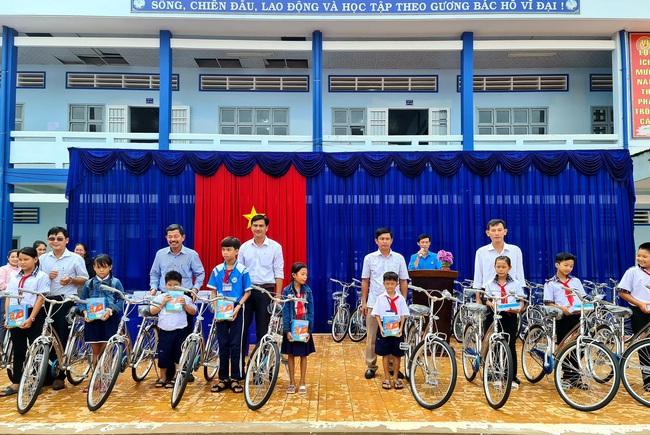 Công ty Xổ số kiến thiết Cà Mau trao xe đạp cho học sinh nghèo - Ảnh 1.