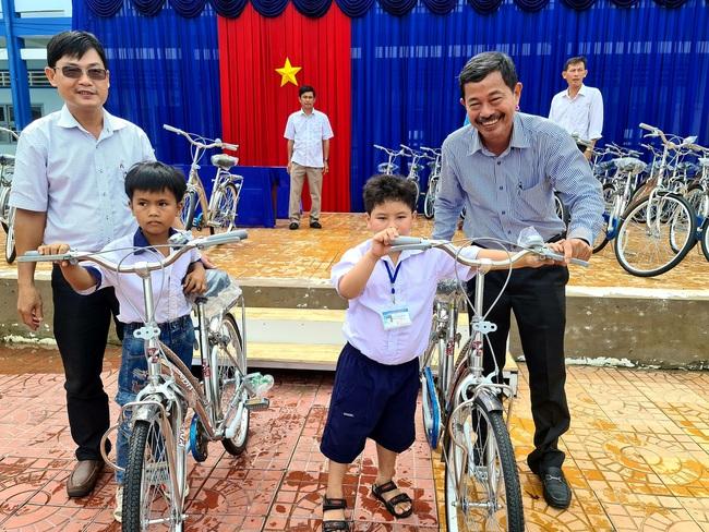 Công ty Xổ số kiến thiết Cà Mau trao xe đạp cho học sinh nghèo - Ảnh 2.