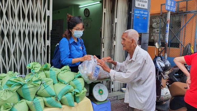 TP.HCM: Người dân hào hứng đổi rác thải nhựa lấy… gạo - Ảnh 1.