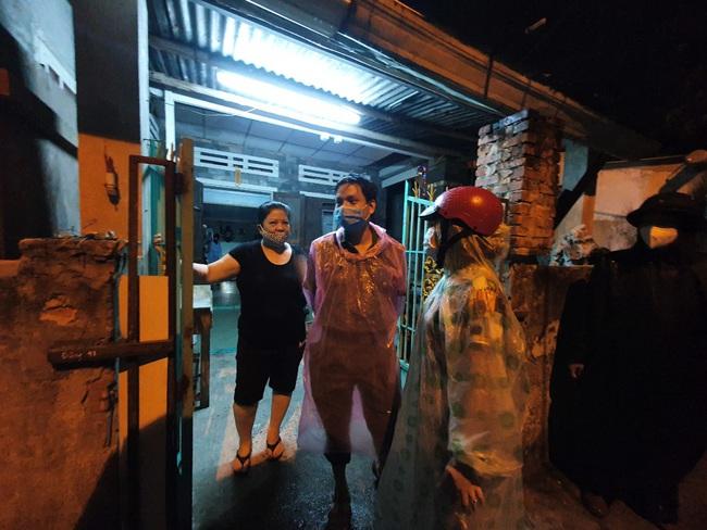 Đà Nẵng: Khẩn trương sơ tán người dân trong đêm đến nơi tránh bão - Ảnh 4.
