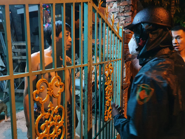 Đà Nẵng: Khẩn trương sơ tán người dân trong đêm đến nơi tránh bão - Ảnh 3.