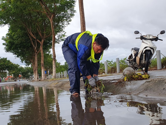Đà Nẵng: Đường ngập, cây gãy cành đè nhà người dân do ảnh hưởng bão số 5 - Ảnh 4.