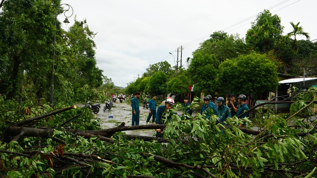 Huế báo cáo thiệt hại bão số 5, người thương vong và nhà cửa hư hại tăng mạnh  - Ảnh 2.