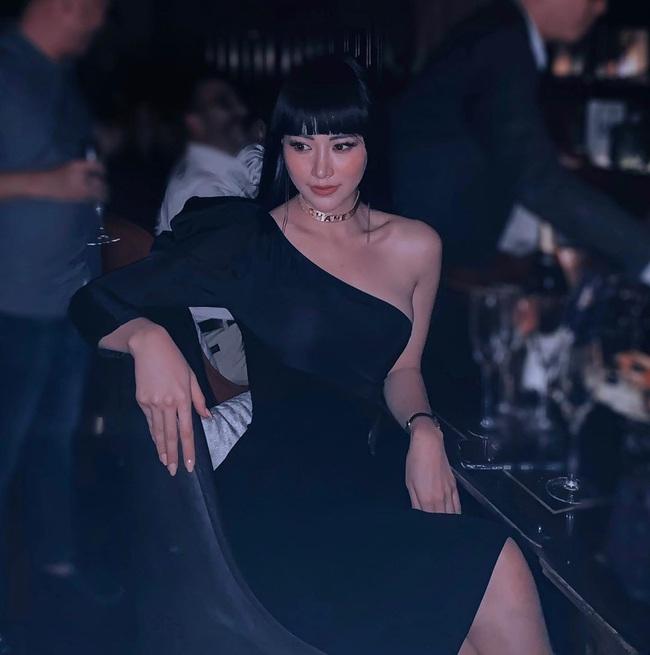 Hoa hậu Phương Khánh để lộ dấu hiệu khác lạ, Ngọc Trinh gây choáng bằng điệu cười huyền thoại - Ảnh 1.