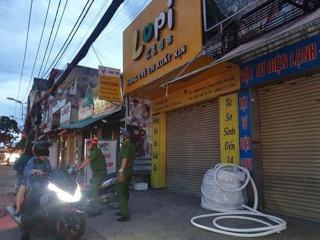NÓNG: Truy bắt đối tượng đâm nữ nhân viên cửa hàng quần áo trẻ em để cướp tiền, vàng - Ảnh 1.