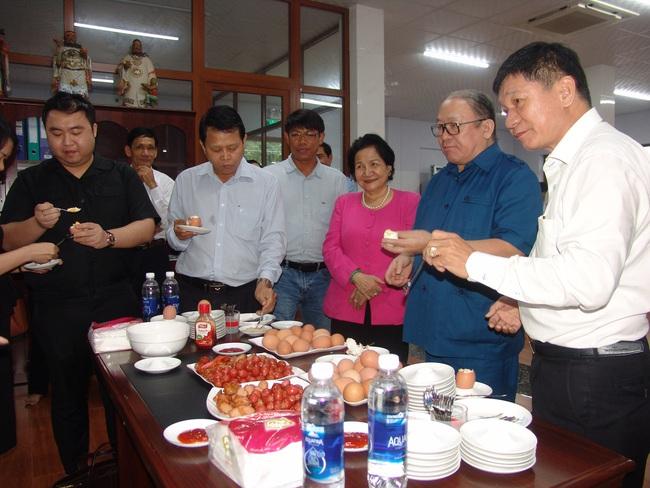 Có gì ở trang trại gà lấy trứng DHA Omega3 khiến Chủ tịch Hội Nông dân Việt Nam khen tắm tắc? - Ảnh 3.