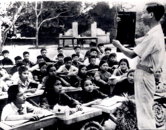 Ảnh quý giá về nhà giáo Việt Nam thời kháng chiến chống Mỹ - Ảnh 3.