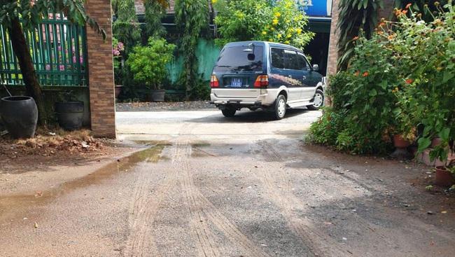 Làm rõ xe biển số xanh của Thanh tra giao thông TP.HCM vào quán nhậu trong giờ làm việc - Ảnh 1.