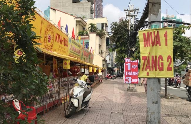 """Thực hư bánh Trung thu """"mua 1 thành 3"""", """"mua 1 thành 4"""" đầy đường Sài Gòn - Ảnh 1."""