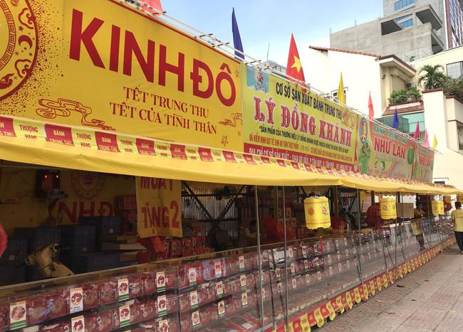 """Thực hư bánh Trung thu """"mua 1 thành 3"""", """"mua 1 thành 4"""" đầy đường Sài Gòn - Ảnh 3."""