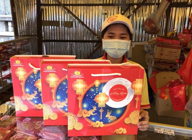 """Thực hư bánh Trung thu """"mua 1 thành 3"""", """"mua 1 thành 4"""" đầy đường Sài Gòn - Ảnh 2."""