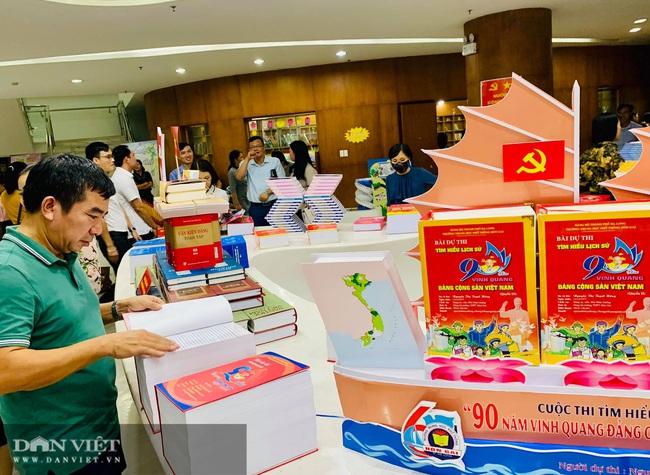 """Trên 3.000 sách, báo triển lãm """"Đảng bộ tỉnh Quảng Ninh từ đại hội đến đại hội"""" - Ảnh 3."""