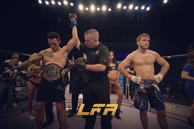 Võ sĩ gốc Việt hạ gục đối thủ Mỹ, giành đai vô địch MMA thế giới - Ảnh 1.