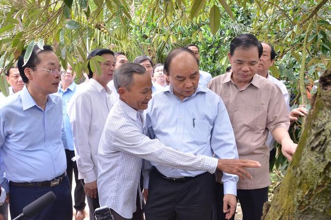 """Thăm """"thủ phủ"""" trái cây, Thủ tướng động viên bà con nông dân chiến thắng hạn, mặn - Ảnh 1."""