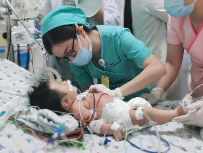 Hy hữu: Cứu sống bé 2 tháng tuổi da xanh tím, máu nâu như sô cô la - Ảnh 1.