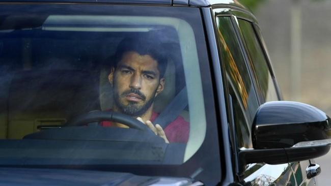 Suarez buồn bã lái xe rời sân tập Barca