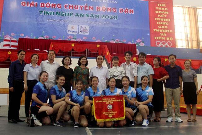 Kỷ niệm 90 năm ngày thành lập Hội Nông dân Việt Nam (14/10/1930-14/10/2020): Sôi nổi giải giải bóng chuyền nông dân xứ Nghệ   - Ảnh 5.