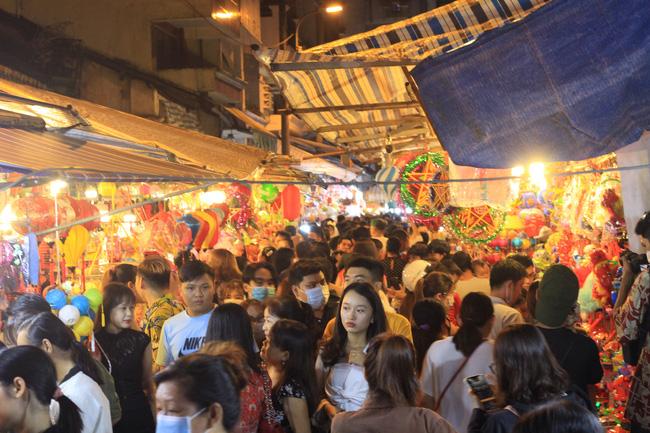 Cận Tết Trung thu, người Sài Gòn chen nhau check-in phố lồng đèn Lương Nhữ Học - Ảnh 1.