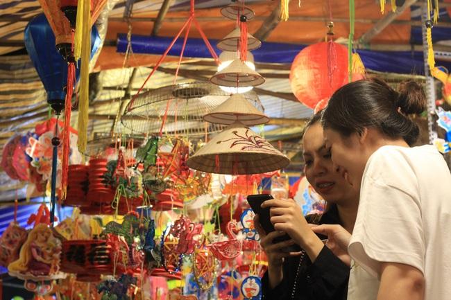 Cận Tết Trung thu, người Sài Gòn chen nhau check-in phố lồng đèn Lương Nhữ Học - Ảnh 10.