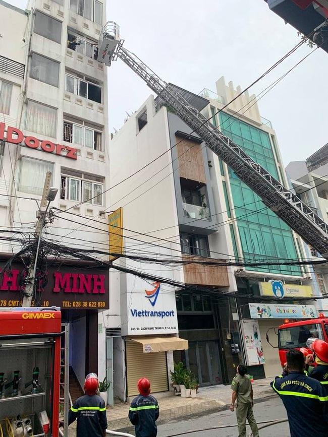 TPHCM: Cháy khách sạn khiến 2 người thương vong - Ảnh 1.