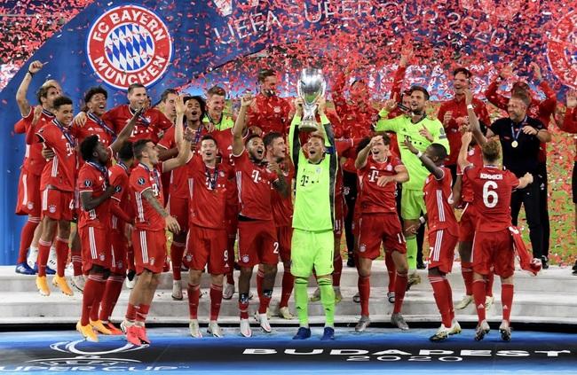 Đội trưởng Neuer ăn mừng cùng đồng đội