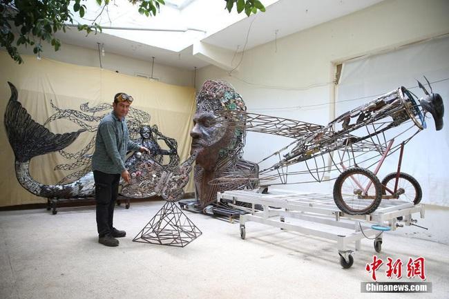 U50 khiến cả thế giới ngả mũ thán phục trước các tác phẩm nghệ thuật vô giá được làm từ sắt vụn - Ảnh 2.
