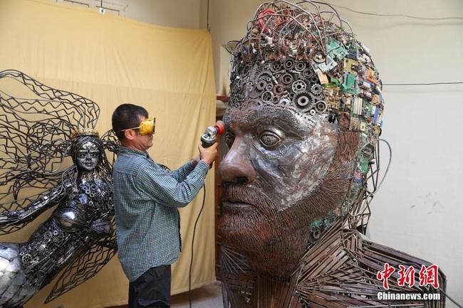 U50 khiến cả thế giới ngả mũ thán phục trước các tác phẩm nghệ thuật vô giá được làm từ sắt vụn - Ảnh 4.