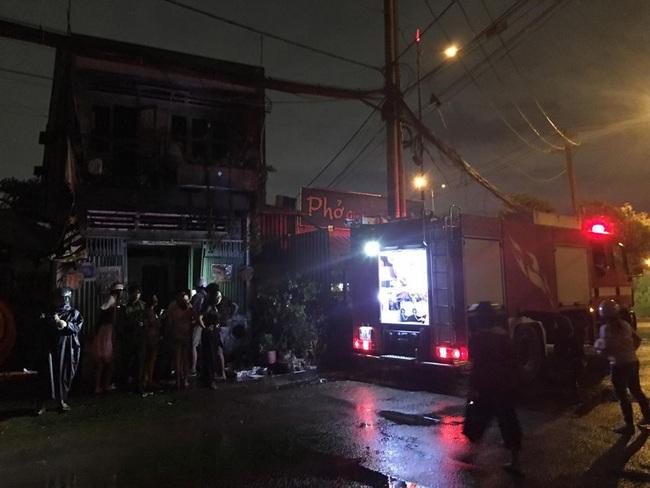 TPHCM: Cháy lớn cạnh Chi Cục Thi hành án dân sự, nhiều người hoảng sợ - Ảnh 4.