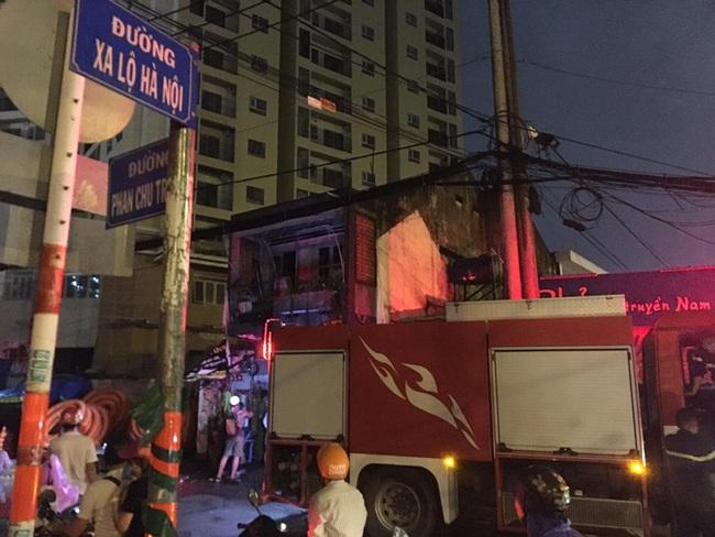 TPHCM: Cháy lớn cạnh Chi Cục Thi hành án dân sự, nhiều người hoảng sợ - Ảnh 2.