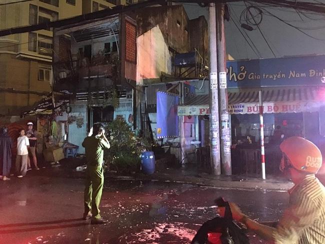 TPHCM: Cháy lớn cạnh Chi Cục Thi hành án dân sự, nhiều người hoảng sợ - Ảnh 1.