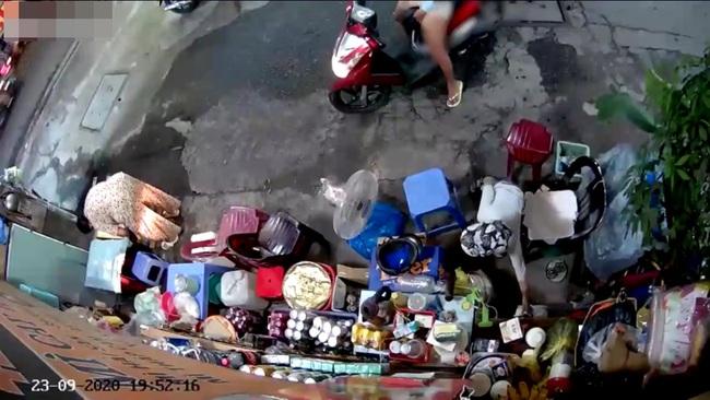Người phụ nữ chở con dàn cảnh trộm tiền của bà bán nước khai gì với công an? - Ảnh 2.